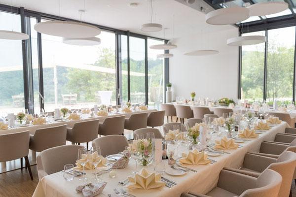 Gedeckte Hochzeitstafel im Restaurant - © Barbara Wenz Photografie