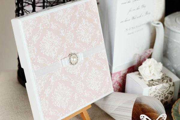 Hochzeitspapeterie: Zartes Rosa und Broschen