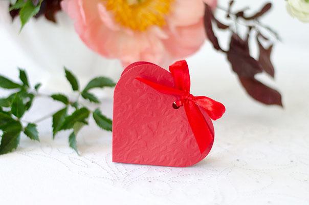 Rote Herzschachtel für die Hochzeitsmandeln