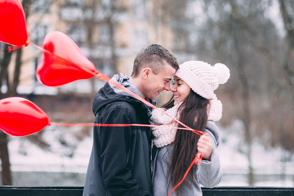 Romantischer Antrag mit Herzballons