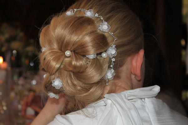 Aufwendige Brautfrisur mit Perlen und Röschen
