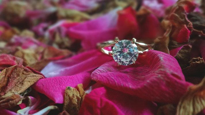 Ein versteckter Verlobungsring in einem Blumenstrauß