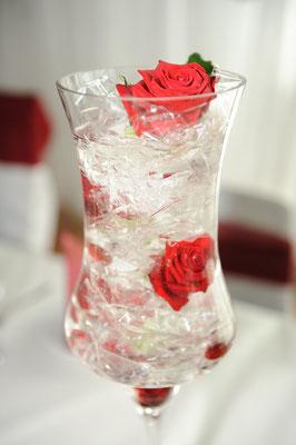 Kristalle und Rosen in der Vase