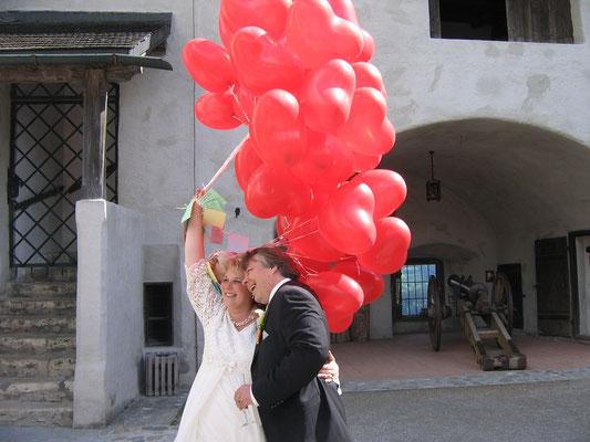 Rote Herzballons für das Brautpaar