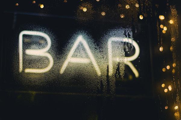 Zum Poltern in eine Bar gehen