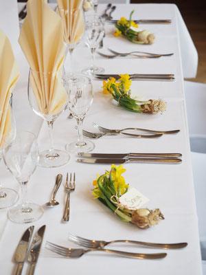 Narzissen - als Tischkärtchen verwendet
