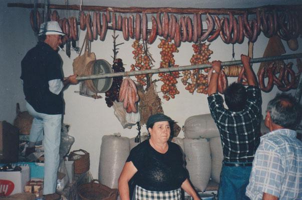 Paprika, Lorbeer, Knoblauch, da lagen in Leinensäcken Mandeln, trockneten Feigen und Kräuter