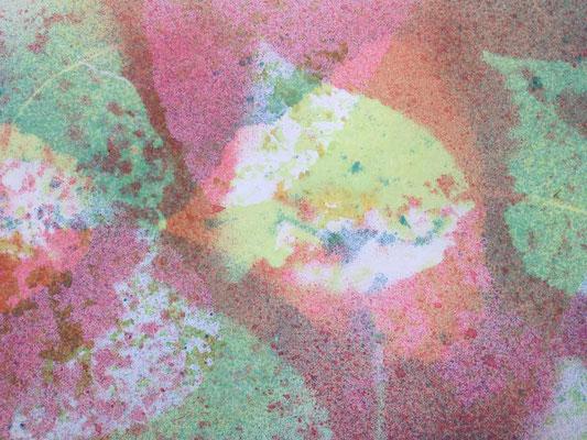 Mehrere übereinander gearbeitete Sprühschichten und das Weiß des Untergrundes leuchtet durch.