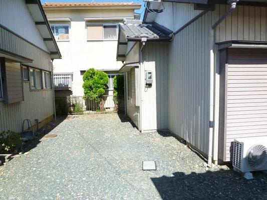 駐車場は建物横に1台分あります