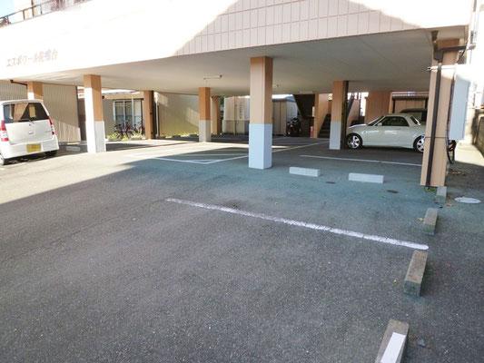 1階部分が駐車場。各部屋2台分の駐車場があります