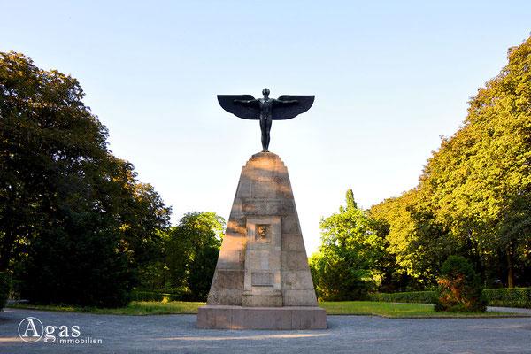 Immobilienmakler Lichterfelde - Otto-Lilienthal-Denkmal von Peter Breuer