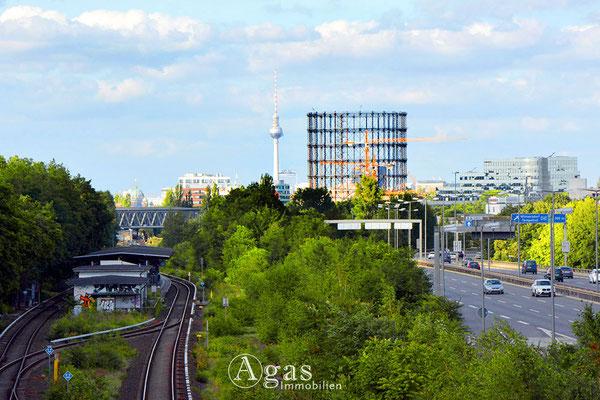 Gasometer Schöneberg auf dem EUREF-Campus mit Blick auf den Fernsehturm