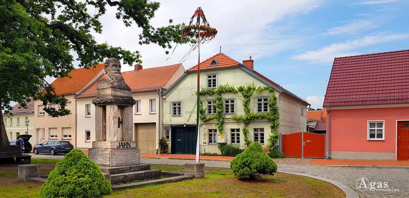 Immobilienmakler Mittenwalde - Stadt- und Heimatmuseum am Salzmarkt mit Maibaum & F. L. Jahn-Denkmal