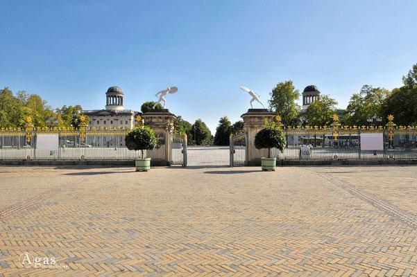 Innenhof des Schlosses mit Blick auf die Stülerbauten (Links: Sammlung Scharf-Gerstenberg / Rechts: Sammlung Berggruen)