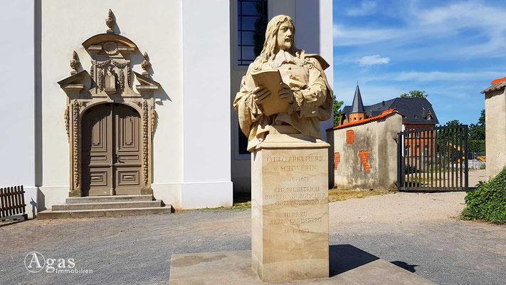 Altlandsberg - Otto-Schwerin-Denkmal vor der Schlosskirche