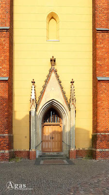 Immobilienmakler Werder (Havel) - Neugotisches Eingangsportal der Heilig-Geist-Kirche