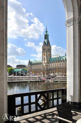 Immobilienmakler Hamburg - Blick über die kleine Alster zum Rathaus