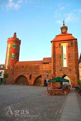 Makler Bernau Stadtmauer mit Steintor und Hungerturm