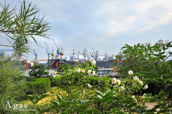 Hamburg - Park Fiction an der Hafenstraße - Blick auf die Trockendocks