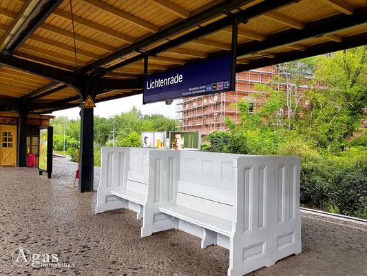 Immobilienmakler Lichtenrade - Historische Sitzbänke im Wartebereich auf dem S-Bahnsteig Lichtenrade