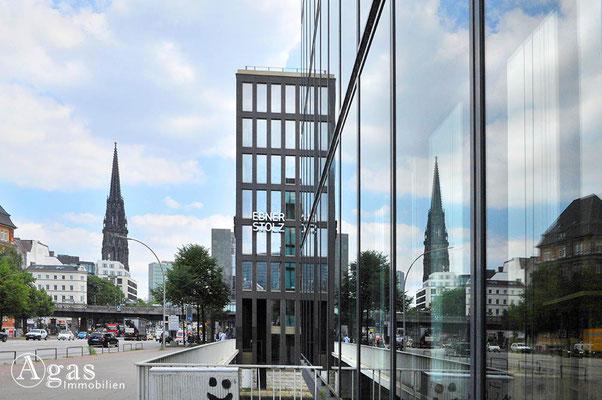 Hamburg - Wirtschaftsgebäude in der Neustadt mit Blick zum Mahnmal St. Nikolai