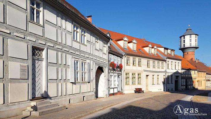 Makler Nauen - Historische Fachwerkhäuser in der Goethestraße mit Blick zum Wasserturm