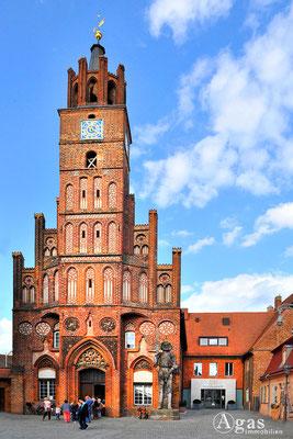 Immobilienmakler Brandenburg (Havel) - Das Altstädtische Rathaus (Backsteingotik) mit dem Roland