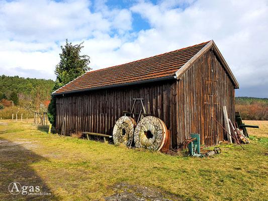 Immobilienmakler Langerwisch - Holzscheune & historische Mühlsteine