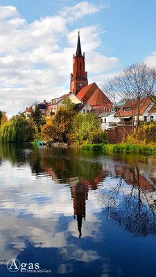 Makler Rathenow - Blick über den Stadtkanal zur St. Marien-Andreas Kirche