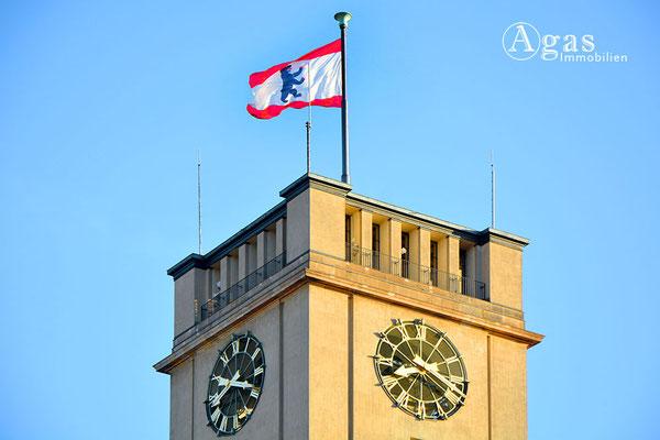 Schöneberger Rathausturm mit der Berliner Landesflagge