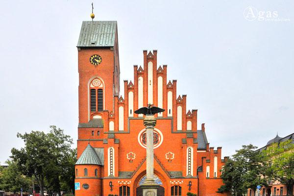 Christophoruskirche mit Kriegerdenkmal in der Bölschestraße