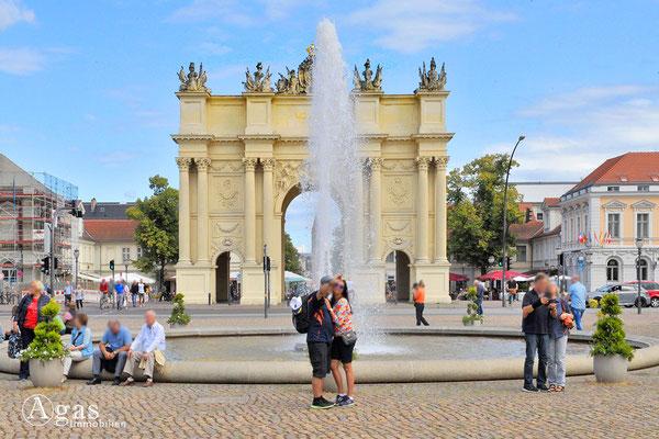 Immobilienmakler Potsdam - Luisenplatz mit Springbrunnen und Brandenburger Tor