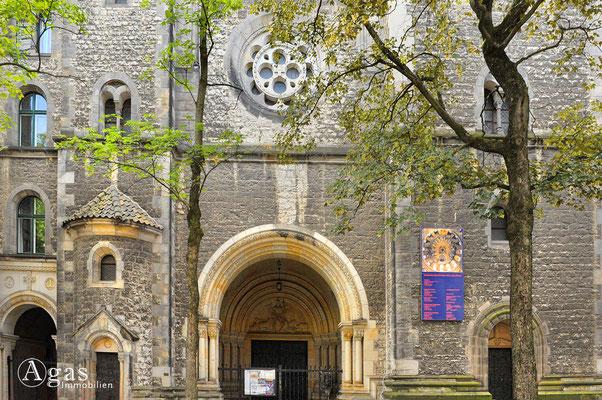 Prenzlauer Berg - Eingangsportal der Kath. Herz-Jesu-Kirche