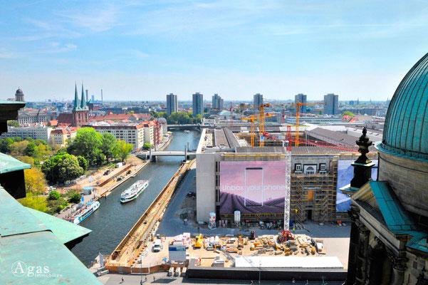 Berlin-Mitte, Nikolaikirche, Spree, Hochhäuser der Fischerinsel, Schloss-Neubau (Humboldt Forum)