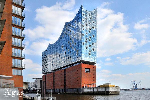 Immobilienmakler Hamburg - Blick vom Sandtorhöft auf die  Elbphilharmonie