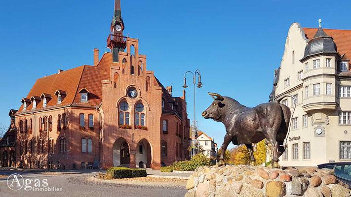 Makler Nauen - Rathaus am Rathausplatz mit Blick auf das Standesamt & Sparkasse