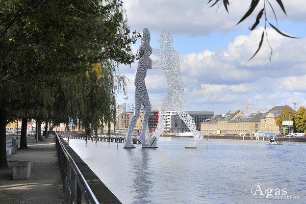 Berlin Alt-Treptow - Molecule Man mit Blick nach Berlin-Mitte