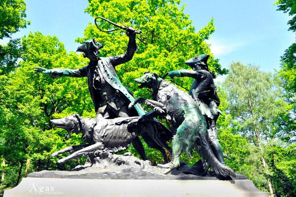 "Berlin-Mitte-Tiergarten - ""Hasenhatz"", Skulpturengruppe mit Jagdszenen von Max Baumbach"