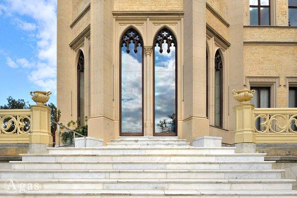 Potsdam - Park Babelsberg -  Spitzbogenfenster mit neugotischen Elementen
