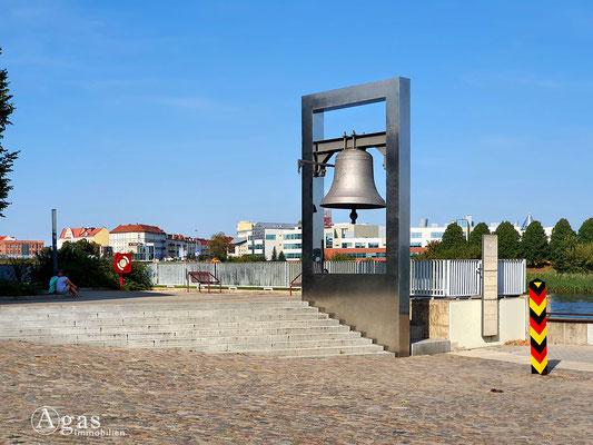 Immobilienmakler Frankfurt (Oder) - Friedensglocke & Grenzstein am Museum Viadrina - Junkerhaus