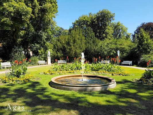 Immobilienmakler Marienfelde - Schmuckgarten mit Brunnen & Skulpturen im Gutspark