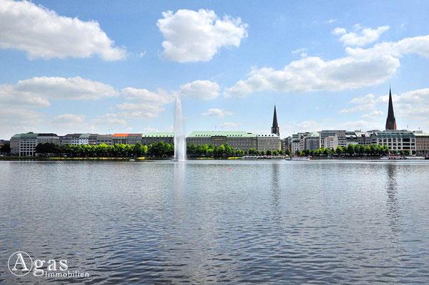 Immobilienmakler Hamburg - Blick über die Binnenalster & Alsterfontäne zum Ballindamm