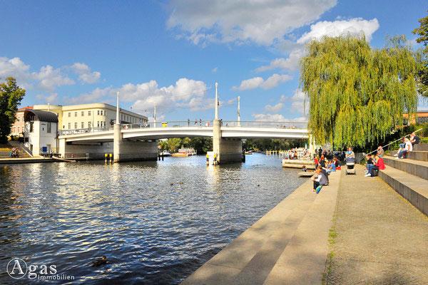 Immobilienmakler Brandenburg (Havel) - Blick vom Heinrich-Heine-Ufer zur Jahrtausendbrücke
