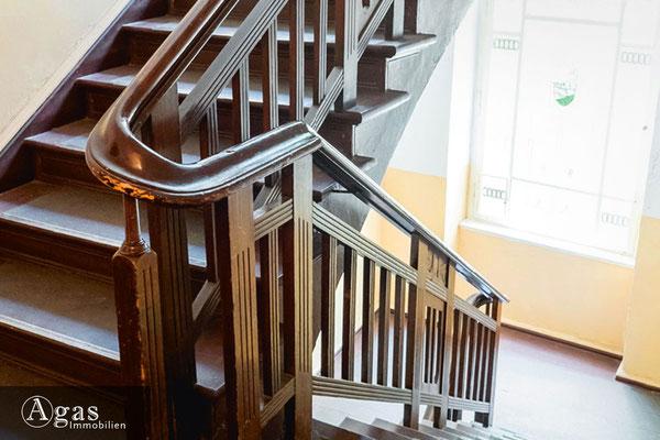 Schillerpromenade - Berlin - Das Treppenhaus mit bemalten Glasfenstern