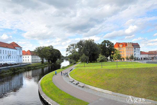 Blick von der Schlossbrücke auf den Uferweg an der Havel