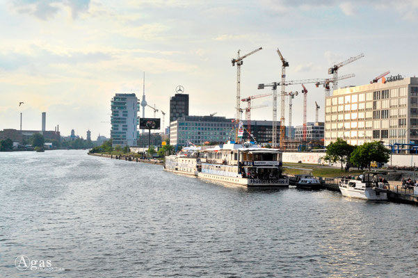 Berlin-Friedrichshain - Neubaukomplex an der East Side Gallery & Spree
