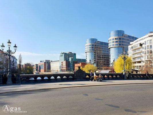 Immobilienmakler Berlin-Moabit - Moabiter Brücke - Blick zum AMERON Hotel ABION - Spreebogen Berlin