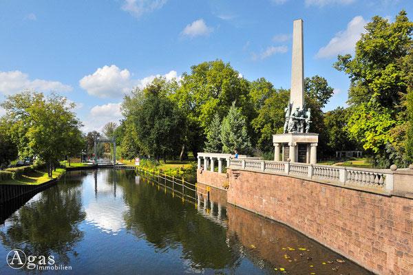 Brandenburg (Havel) - An der Stadtschleuse mit dem Sowjetischen Ehrenmal