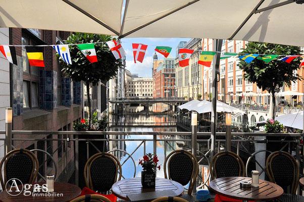 Immobilienmakler Hamburg - Cafè auf der Postbrücke über den Bleichenfleet