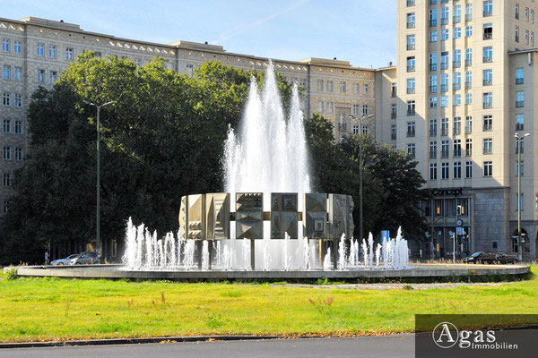 Central Berlin - Der schwebende Ring-Brunnen am Strausberger Platz